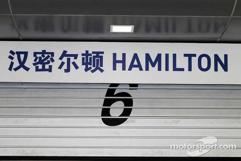Garage bord voor Lewis Hamilton, McLaren Mercedes