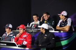 Vitaly Petrov, Caterham; Bruno Senna, Williams; Sergio Perez, Sauber F1 Team; Fernando Alonso, Scuderia Ferrari; Narain Karthikeyan, Hispania Racing F1 Team en la conferencia de prensa de la FIA