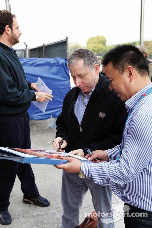 Jean Todt, FIA President signeert handtekeningen voor de fans