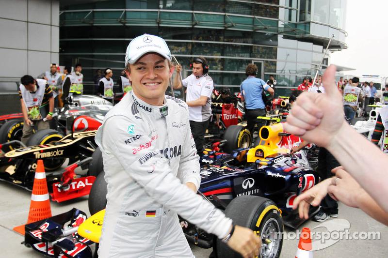 Ganador de la pole position Nico Rosberg, Mercedes AMG F1 celebra su primera pole position en parc f