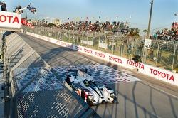 Race winnaar #6 Muscle Milk Pickett Racing HPD ARX-03a: Lucas Luhr, Klaus Graf