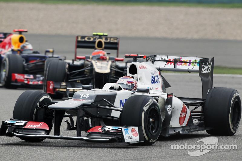 Kamui Kobayashi, Sauber voor Romain Grosjean, Lotus F1 en Sebastian Vettel, Red Bull Racing