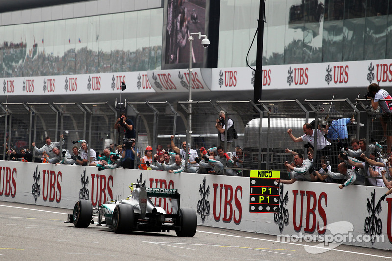 Ganador de la carrera Nico Rosberg, Mercedes AMG F1 celebra como le pasa a su equipo en el final de la carrera