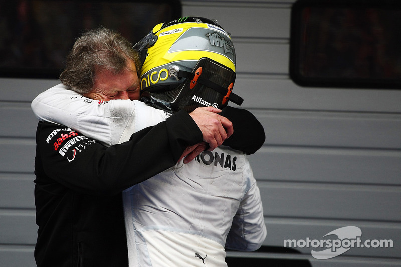 Ganador de la carrera Nico Rosberg, Mercedes AMG F1 celebra con Norbert Haug, Director deportivo de Mercedes