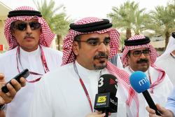 Kroonprins Shaikh Salman bin Isa Hamad Al Khalifa, met de media