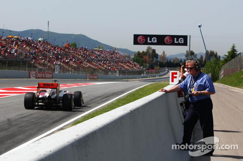 Jo Bauer, FIA Delegate, bekijkt Narain Karthikeyan, HRT Formula One Team HRT in de pits