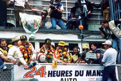 Райнхольд Йост празднует победу вместе с Джоном Уинтером, Паоло Бариллой и Клаусом Людвигом, Joest Racing
