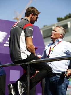 Romain Grosjean, Haas F1 Team, habla con Johnny Herbert