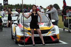 Grid kızı, Mato Homola, DG Sport Compétition, Opel Astra TCR