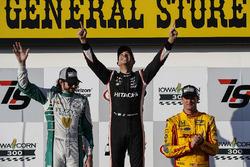 Подіум: переможець гонки Еліо Кастроневес, Team Penske Chevrolet, на другому місці Джей-Ар Хільдебранд, Ed Carpenter Racing Chevrolet, третій Райан Хантер-Рей, Andretti Autosport Honda
