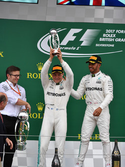 Podyum: Peter Bonnington, Mercedes AMG F1 Yarış Direktör, Lewis Hamilton, Mercedes AMG F1 ve Valtteri Bottas, Mercedes AMG F1
