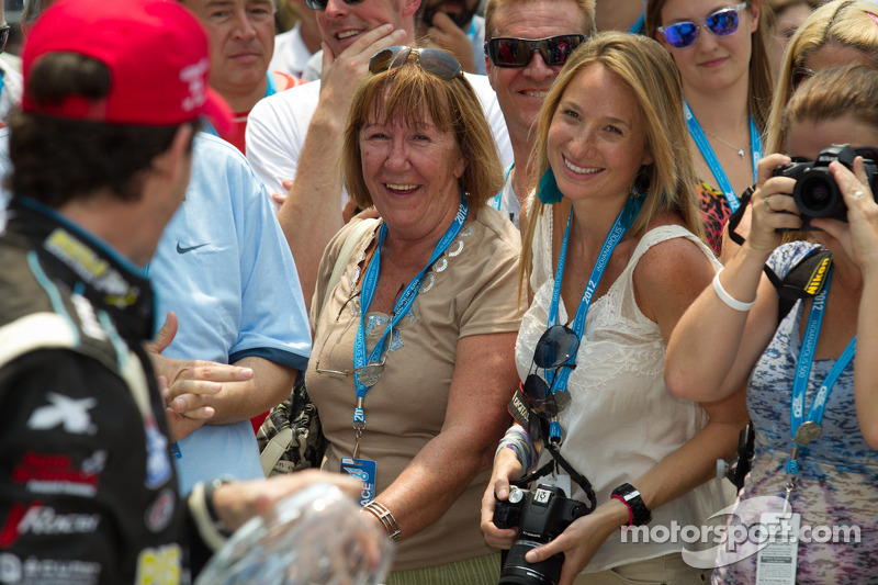 Victory lane: race winner Esteban Guerrieri, Sam Schmidt Motorsports celebrates with his mother and girlfriend