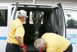 De Borg Warner Trophy op de yard of bricks