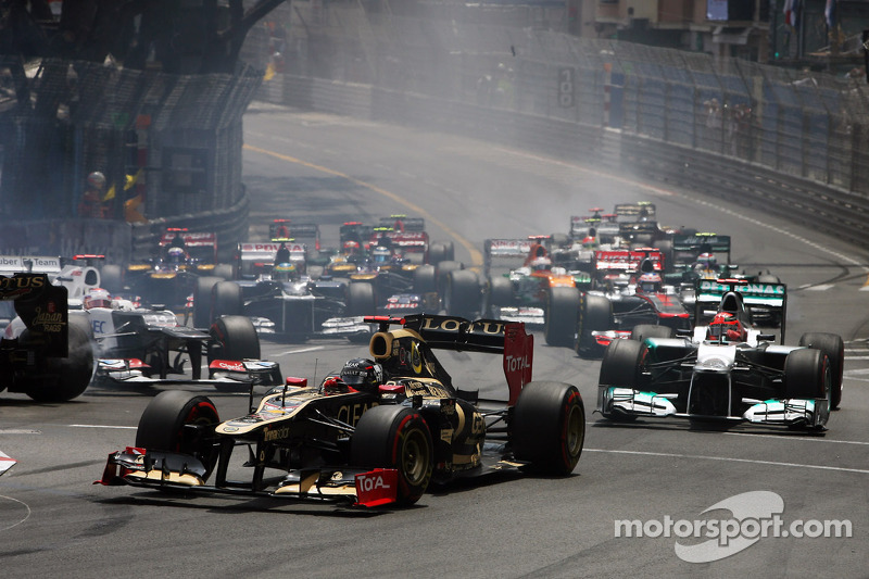 Kimi Raikkonen, Lotus F1 at the start of the race as Romain Grosjean, Lotus F1 and Kamui Kobayashi, Sauber crash