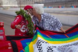 Winners photoshoot: Dario Franchitti, Target Chip Ganassi Racing Honda receives his winning quilt