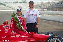 Winners photoshoot: Dario Franchitti, Target Chip Ganassi Racing Honda with the Honda Racing team