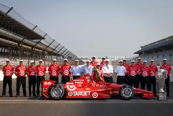 Winners photoshoot: Dario Franchitti, Target Chip Ganassi Racing Honda with Chip Ganassi and the Target Chip Ganassi Racing team