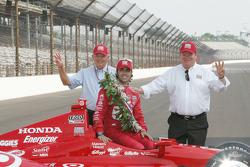 Winners photoshoot: Dario Franchitti, Target Chip Ganassi Racing Honda with Chip Ganassi and friend