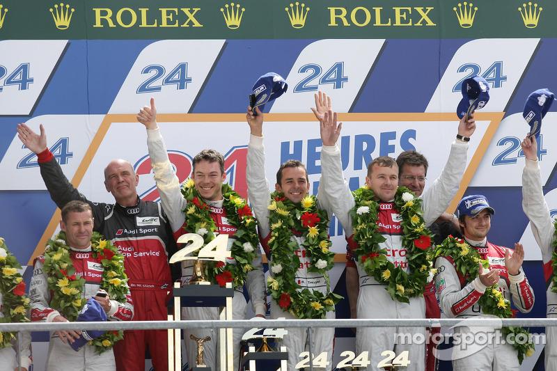 LMP1 podium: winnaars in klasse en algemeen Marcel Fässler, Andre Lotterer, Benoit Tréluyer