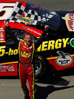 Race winner Clint Bowyer, Michael Waltrip Racing Toyota