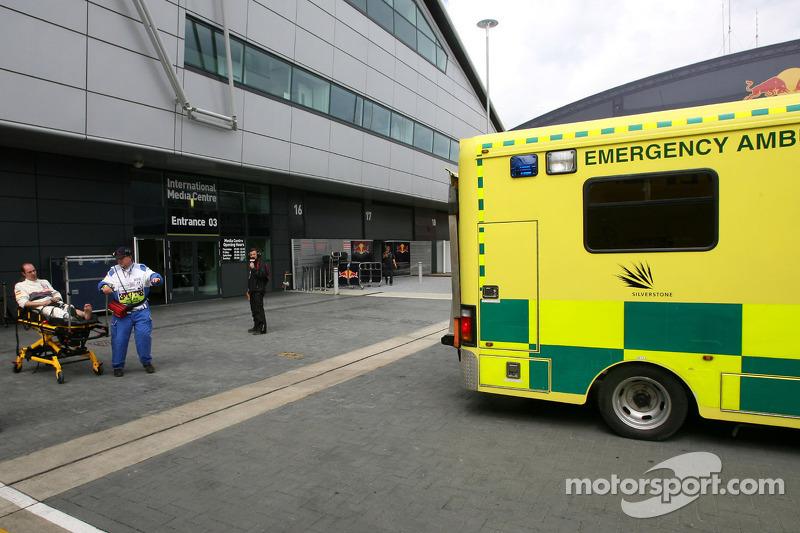 Sauber F1 Team mecanicien naar ziekenhuis na aanrijding door Kamui Kobayashi, Sauber F1 Team