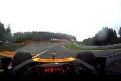 Lucas di Grassi durante una vuelta de instalación en la lluvia - la perspectiva del conductor