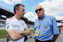 Paddy Lowe, Director técnico de McLaren con Charlie Whiting, delegado de la FIA en la parrilla