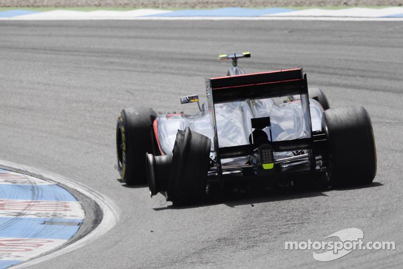 Lewis Hamilton, McLaren Mercedes met lekke band