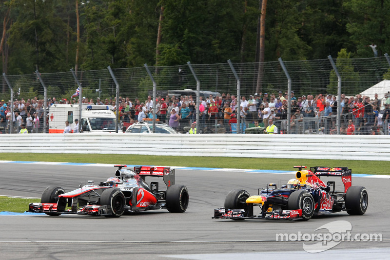 Sebastian Vettel, Red Bull Racing, inhaalbeweging op Jenson Button, McLaren Mercedes
