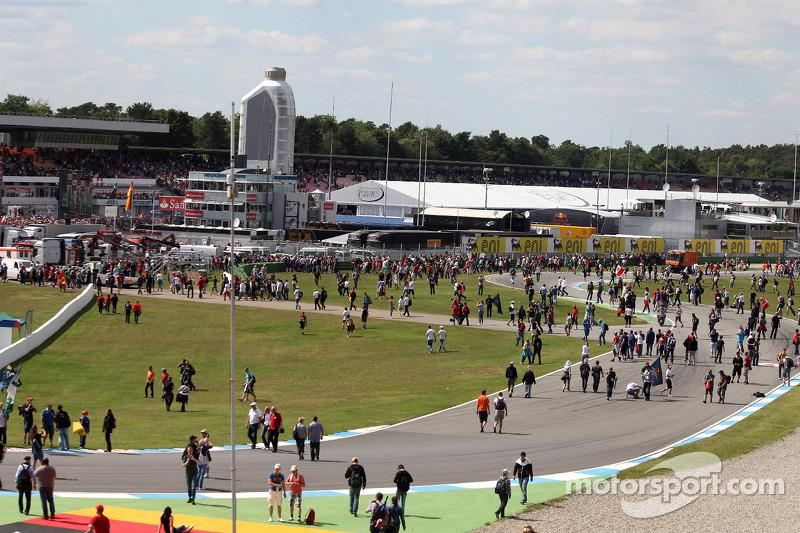 Fans op de toren na de race