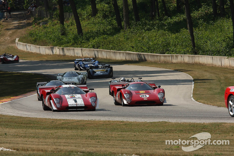 Lola T70svoor de start van de Feature Marque race.  #1 1969 Lola T70 MkIIIb : Peter Kitchak #18 1969 Lola T70 MkIIIB: Tony Bean