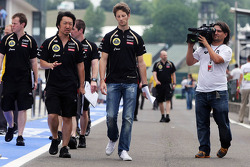 Romain Grosjean, Lotus F1 Team walks the circuit with Ayao Komatsu, Lotus F1 Team Race Engineer