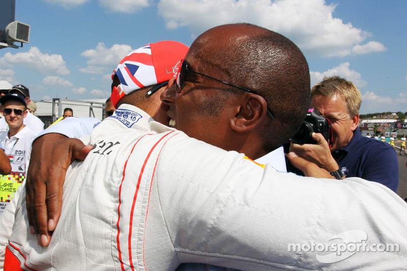 Lewis Hamilton, McLaren viert polepositie in parc ferme met vader Anthony Hamilton