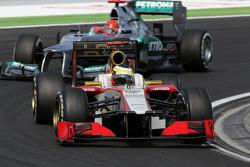 Pedro De La Rosa, del HRT Formula 1 Team aventaja a Michael Schumacher, de Mercedes AMG F1