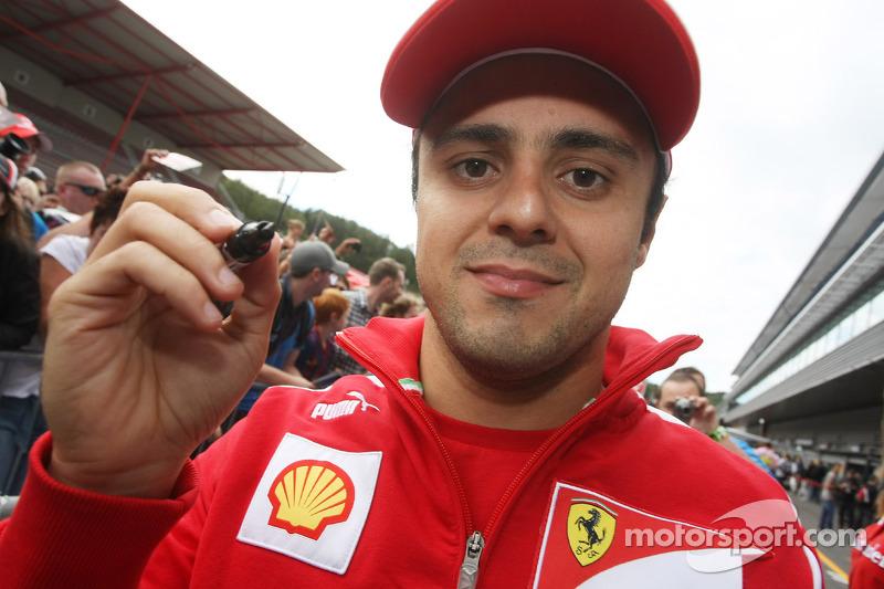 Felipe Massa, Scuderia Ferrari signeert handtekeningen voor fans