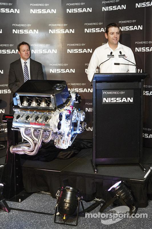 Todd Kelly en William Peffer Jr., Managing Directory en CEO of Nissan Australia met de nieuwe V8 motor