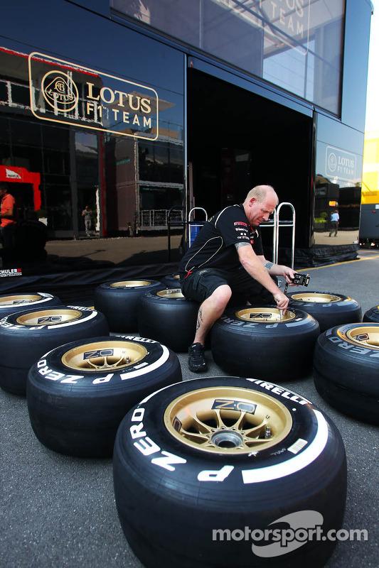 Lotus F1 Team mecanicien markeert Pirelli banden