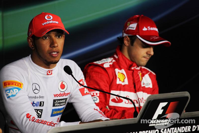 Ganador de la pole  Lewis Hamilton, McLaren y el tercer puesto Felipe Massa, Ferrari en la conferencia de prensa de la FIA