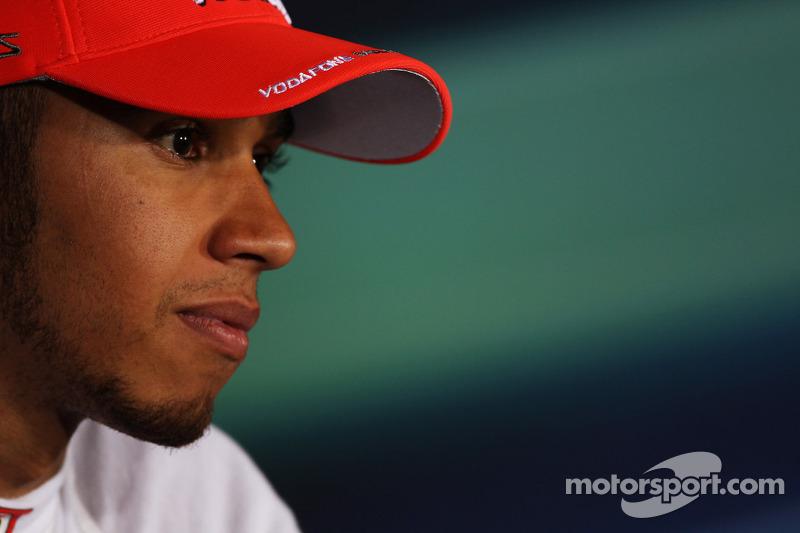 Ganador de la pole Lewis Hamilton, McLaren en la conferencia de prensa de la FIA