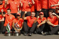 Race winnaar Lewis Hamilton, McLaren met team