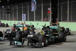 Nico Rosberg, Mercedes AMG F1 y Michael Schumacher, Mercedes AMG F1