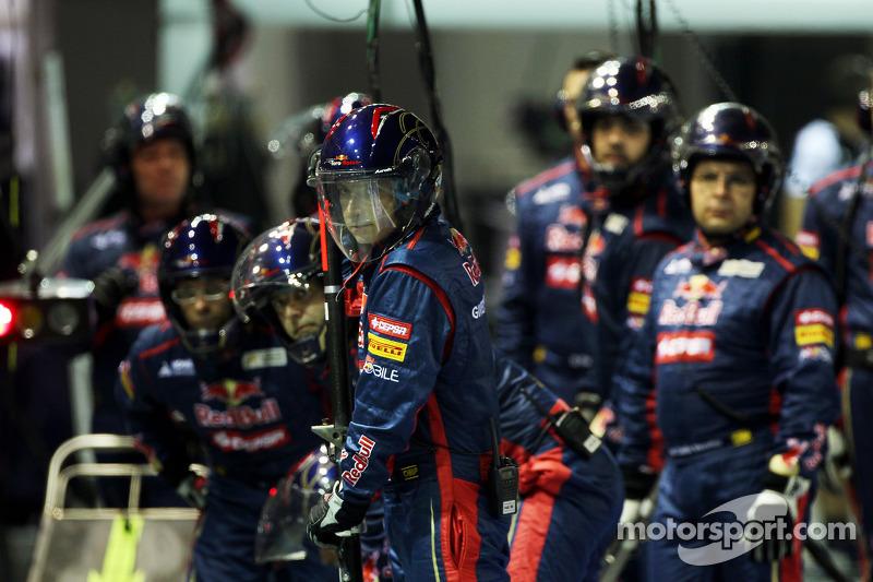 Scuderia Toro Rosso mecaniciens voor pitstop