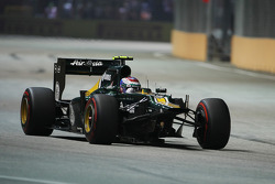 Vitaly Petrov, Caterham with front wing missing