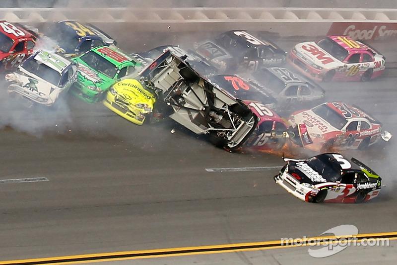 Crash laatste ronde: Tony Stewart, Stewart-Haas Racing Chevrolet maakt koprol