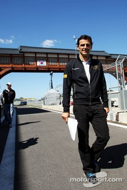 Pedro De La Rosa, HRT Formula 1 Team walks the circuit