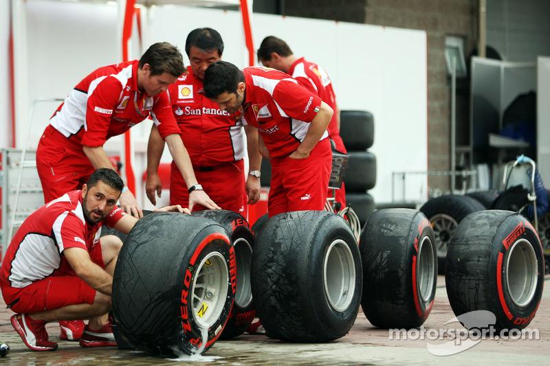 Rob Smedley, Ferrari Race Engineer en Hirohide Hamashima, Ferrari Tyre Engineer checken Pirelli band