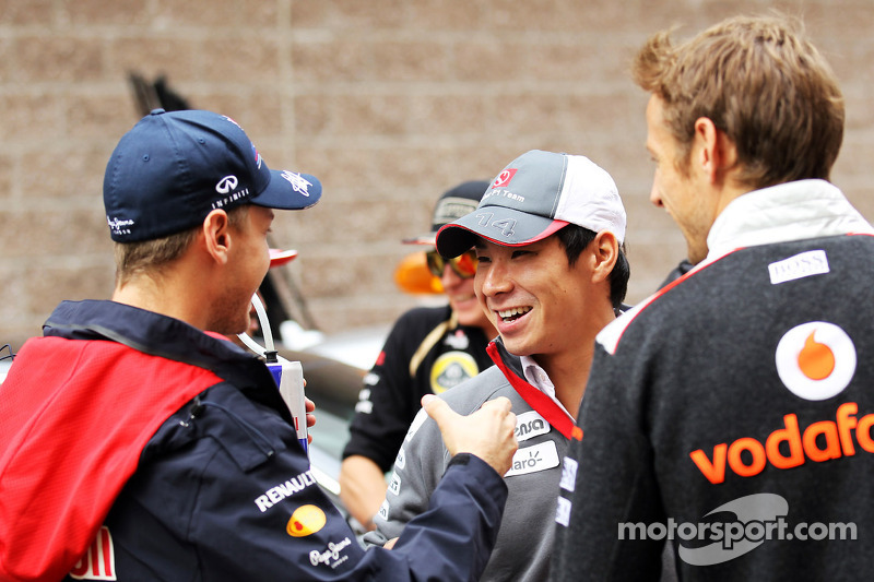 Sebastian Vettel, Red Bull Racing met Kamui Kobayashi, Sauber en Jenson Button, McLaren