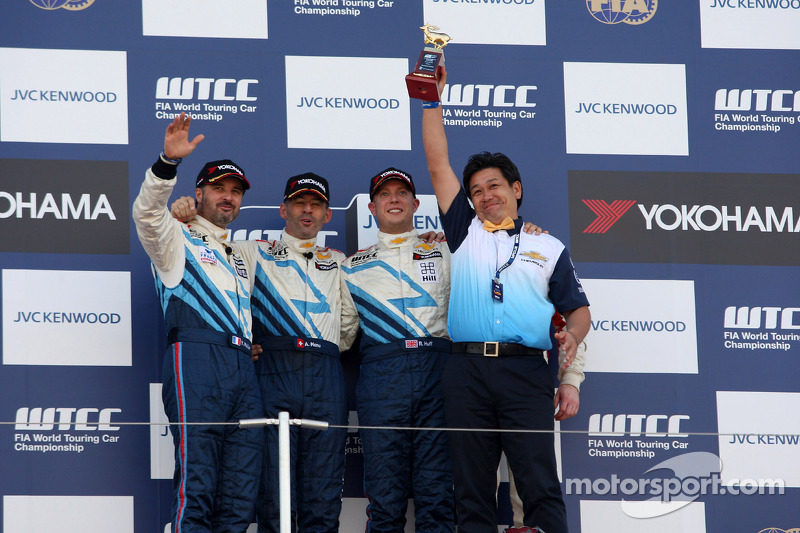 2nd position Yvan Muller, Chevrolet Cruze 1.6T, Chevrolet, Alain Menu, Chevrolet Cruze 1.6T, Chevrolet race winner, 3rd position Robert Huff, Chevrolet Cruze 1.6T, Chevrolet and Alex MacDowall, Chevrolet Cruze 1.6T, bamboo-engineering, 1st position Yokoha