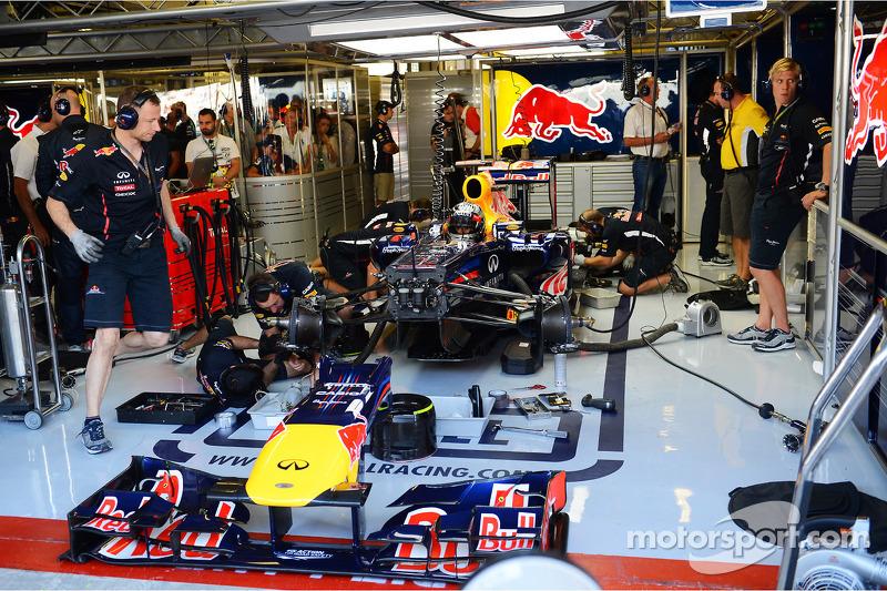 Sebastian Vettel, Red Bull Racing in de pits in FP3