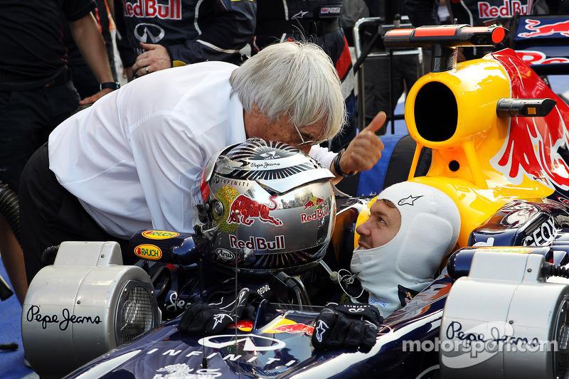 Sebastian Vettel, Red Bull Racing start vanuit de pitlane, praat met Bernie Ecclestone, CEO Formula